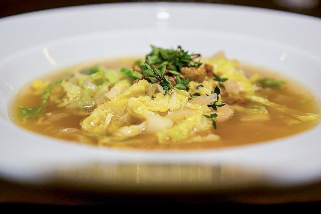Kyllingesuppe med savoykål og ristet skind