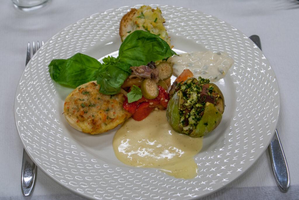 Tapas med bagt torsk, skinkefarserede figner og krabbesalat