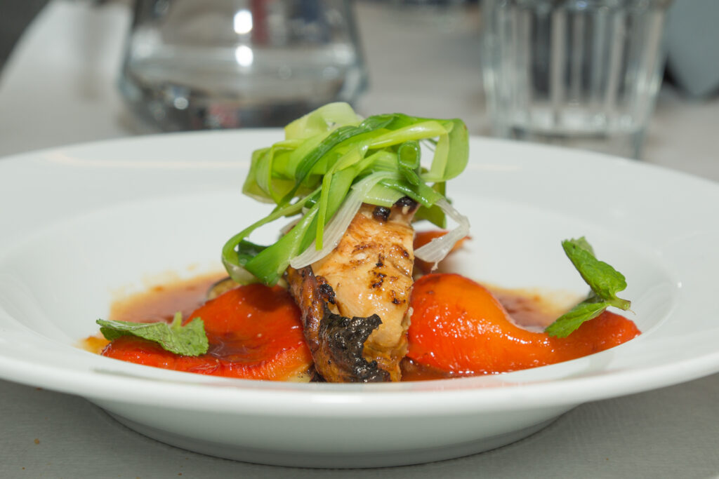 Marineret perlehønebryst med auberginesalat